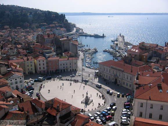 http://kraji.eu/PICTURES/obalno_notranjska/obala/piran/cerkev_sv_jurija/razgledi/IMG_0026_piran_tartinijev_trg_luka_mandrac.jpg