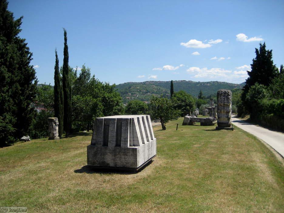 Zbirka kamnitih skulptur na polotoku Seča